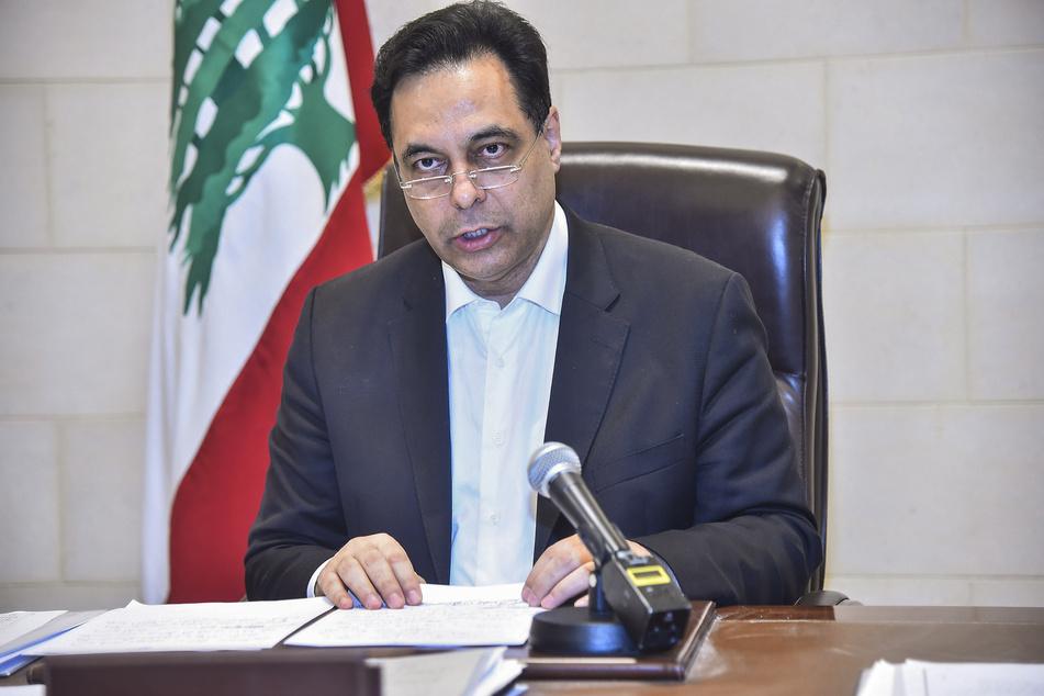 Der libanesische Premierminister Hassan Diab gibt nach einer massiven Explosion in Beirut eine Erklärung ab.