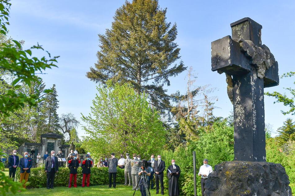 An der Serkowitzer Straße in Kaditz, fast direkt am Elberadweg, liegt das Soldatengrab.
