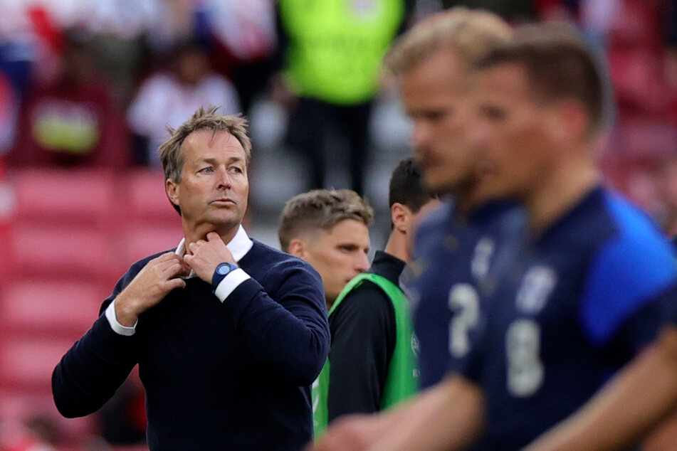 Der dänische National-Coach Kasper Hjulmand (49, l.) hätte seinen Spielern gerne eine längere Pause nach all der Aufregung gegönnt.