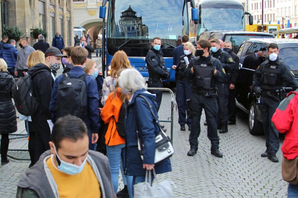 Der Mannschaftsbus ist eingefahren - Spieler und Trainer verschwanden sofort ins Hotel. Autogramm-Jäger haben aus Sicherheitsgründen keine Chance.