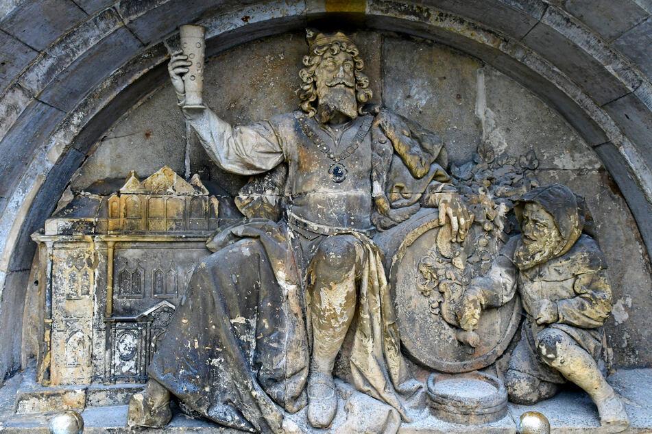 Gott des Bieres: Auf dem Gambrinus-Brunnen ist das Schlösschen als Relief verewigt.