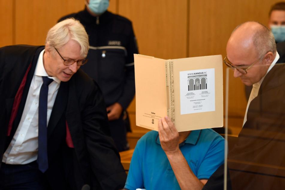 Prozess wegen versuchten Mordes: Steinwerfer gibt Tat zu