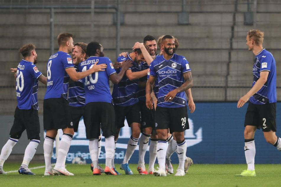 Die Arminen feiern das 1:0 durch Manuel Proetl.