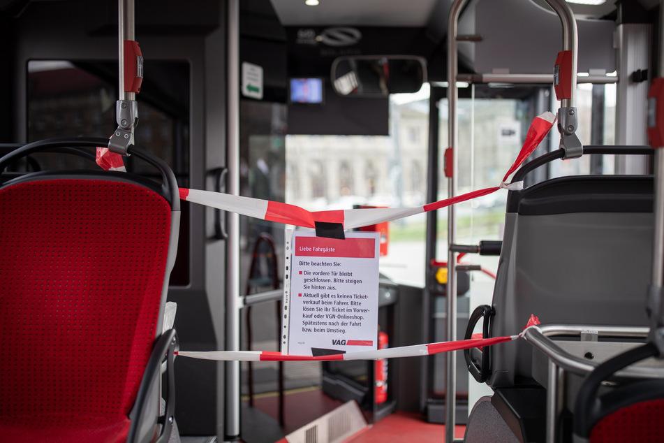 So kennt man es bislang in vielen Bussen deutschlandweit: Der Zugang zum Fahrerbereich in einem Linienbus ist zum Schutz des Fahrers wegen des Coronavirus für die Fahrgäste mit einem Absperrband und einem Hinweiszettel blockiert.