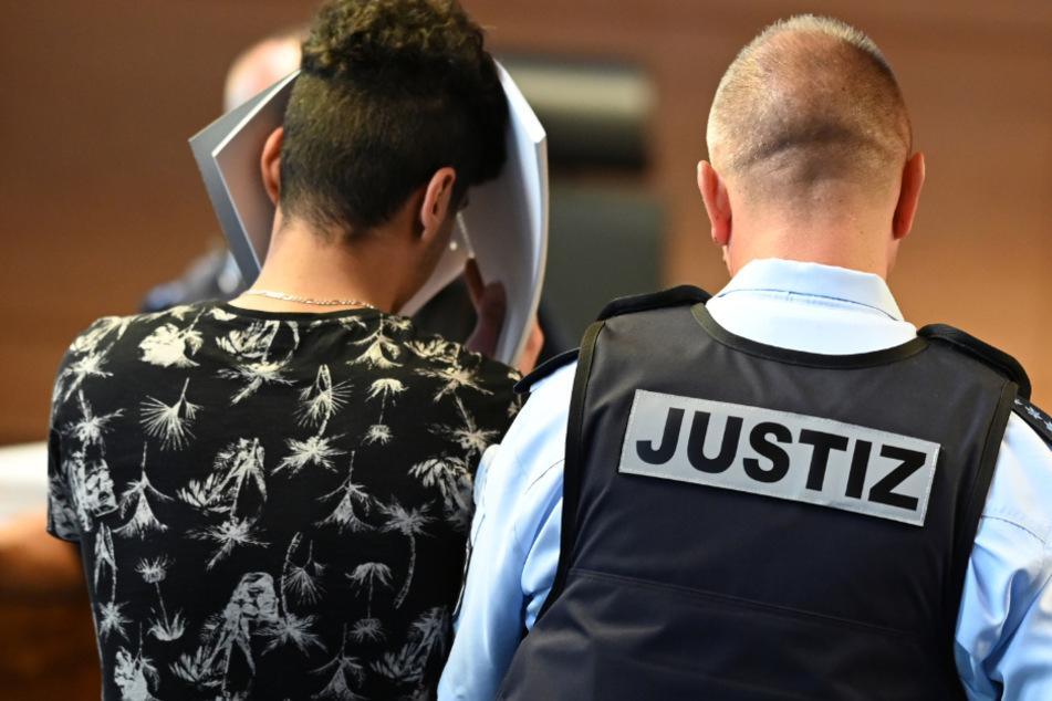 Der Angeklagte wird zum Prozessauftakt in den Gerichtssaal geführt.