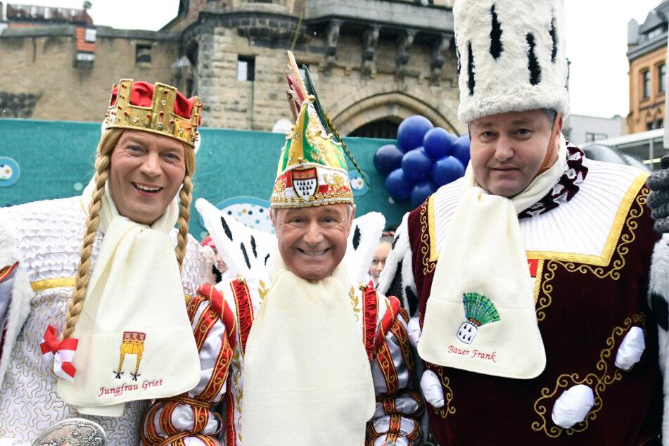 Das närrische Dreigestirn Prinz Christian II (Mitte), Jungfrau Griet (links) und Bauer Frank eröffneten den Rosenmontagszug am 24. Februar 2020.