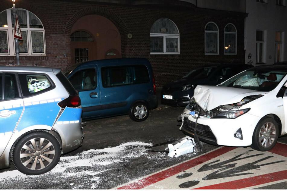 Berlin: Suff-Fahrer prallt mit Auto gegen Einsatzwagen der Polizei und wird schwer verletzt
