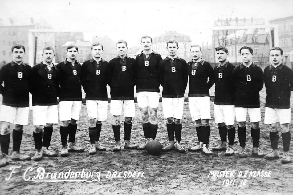 """Diese elf Herren benannten ihren Club nach ihrer Herkunft, trugen stolz das """"B"""" als Wappen auf der Brust."""