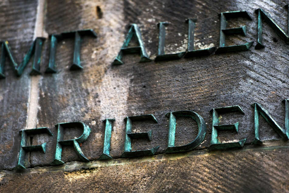 """Am Mahnmal auf dem Sowjetischen Garnisonsfriedhof in Dresden steht """"Mit allen Frieden""""."""