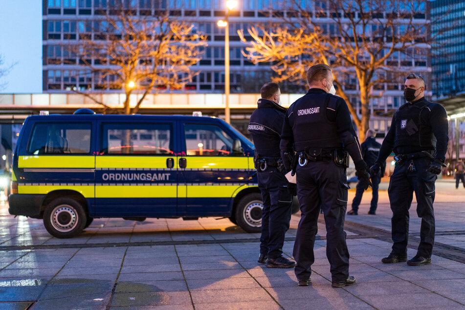 Drei Mitarbeiter des Ordnungsamtes kontrollieren die abendlichen Ausgangsbeschränkungen in Hagen. Auch die Stadt Wuppertal plant ab Montag eine Ausgangssperre von 21 bis 5 Uhr.