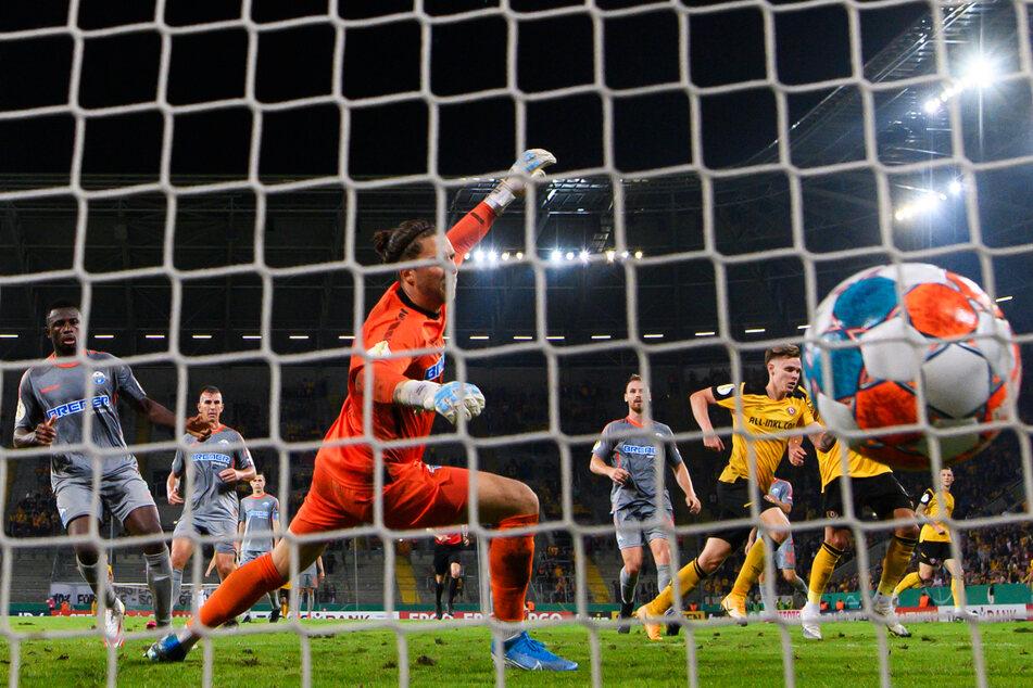 Julius Kade (23, 3.v.r.) schoss Dynamo in der 1. Runde gegen den SC Paderborn zum 2:1-Sieg.
