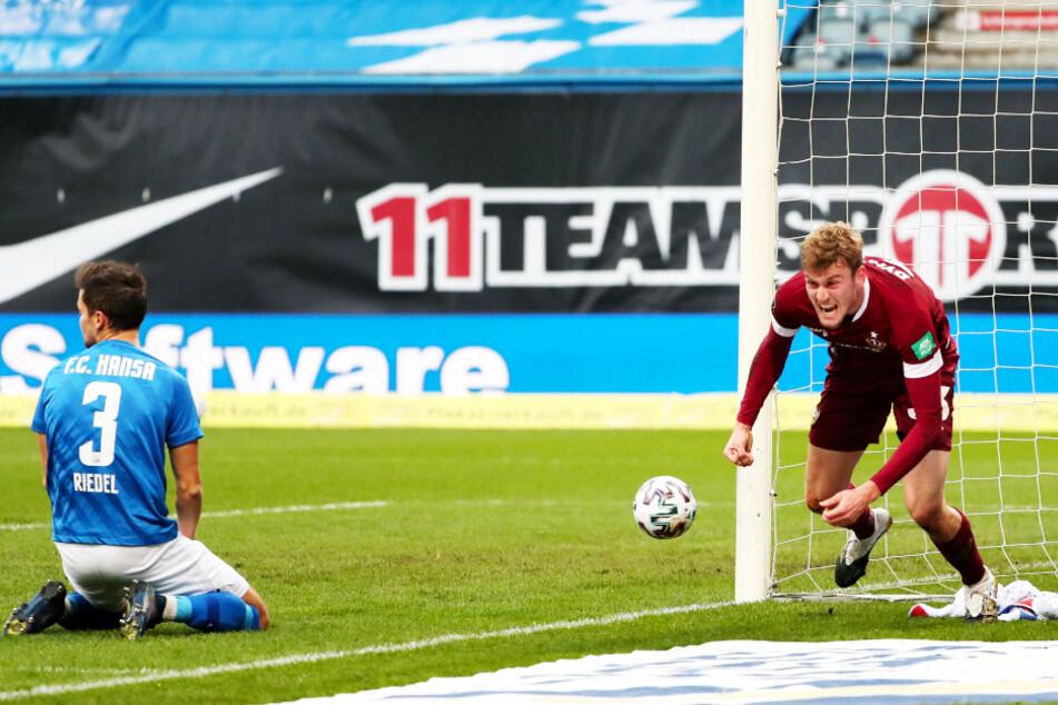 Christoph Daferner (22, r.) jubelt! Der Angreifer brachte Dynamo mit 1:0 in Führung. Rostocks Julian Riedel (29) sitzt fassungslos auf dem Boden.