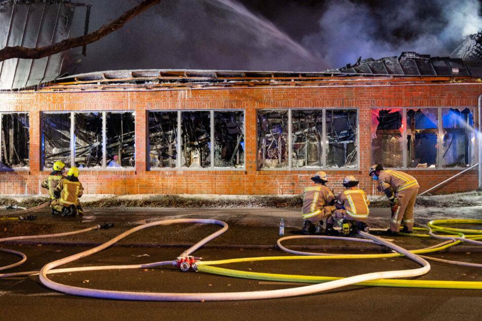 Der Supermarkt ist komplett ausgebrannt, das Dach eingestürzt.