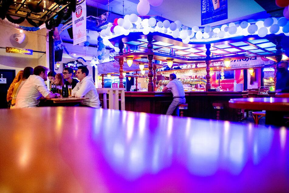 """Gäste sitzen in der """"Dax Bierbörse"""", einer Diskothek im Stadtteil List in Hannover. (Archivbild)"""