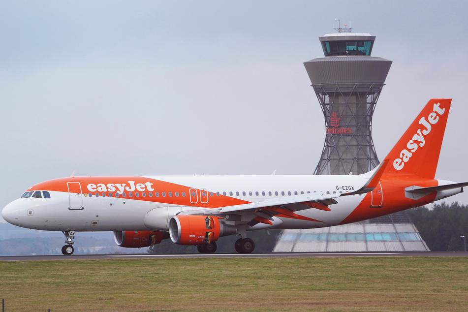 Ein Airbus von Easyjet rollt am Tower am Flughafen Newcastle vorbei.
