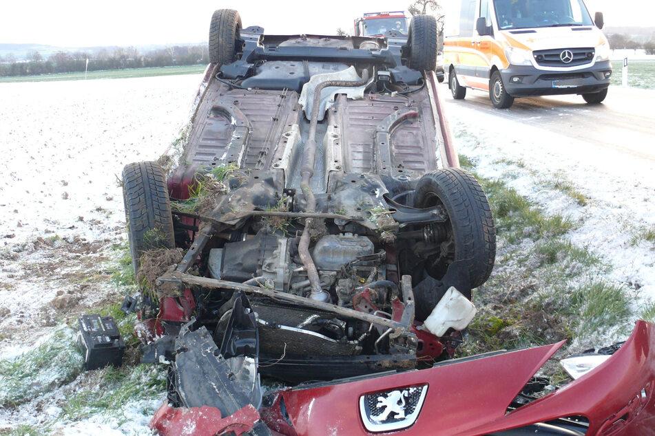 Wegen glatter Fahrbahn: Auto überschlägt sich, Fahrerin schwer verletzt