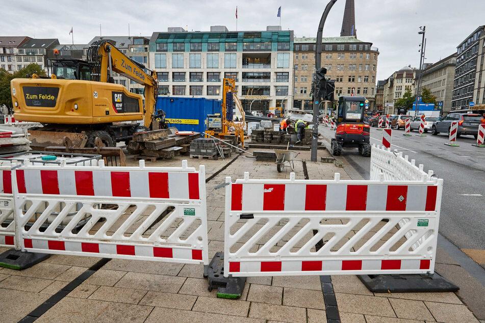 Absperrzäune stehen vor einer Baustelle an der Reesendammbrücke.