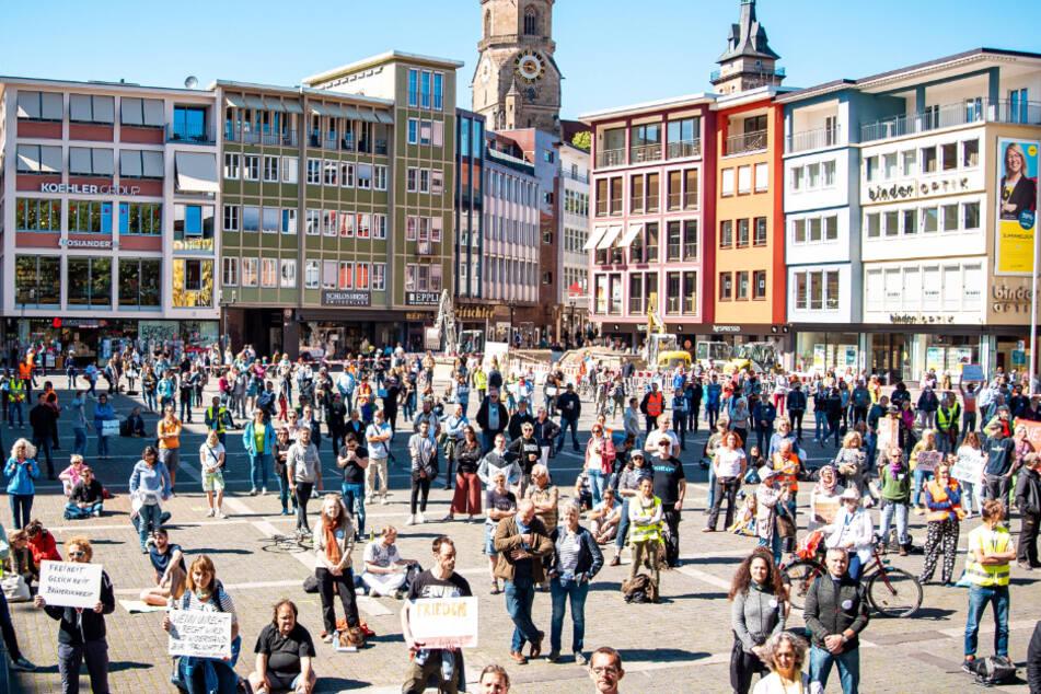 Die Demonstranten auf dem Marktplatz in Stuttgart.