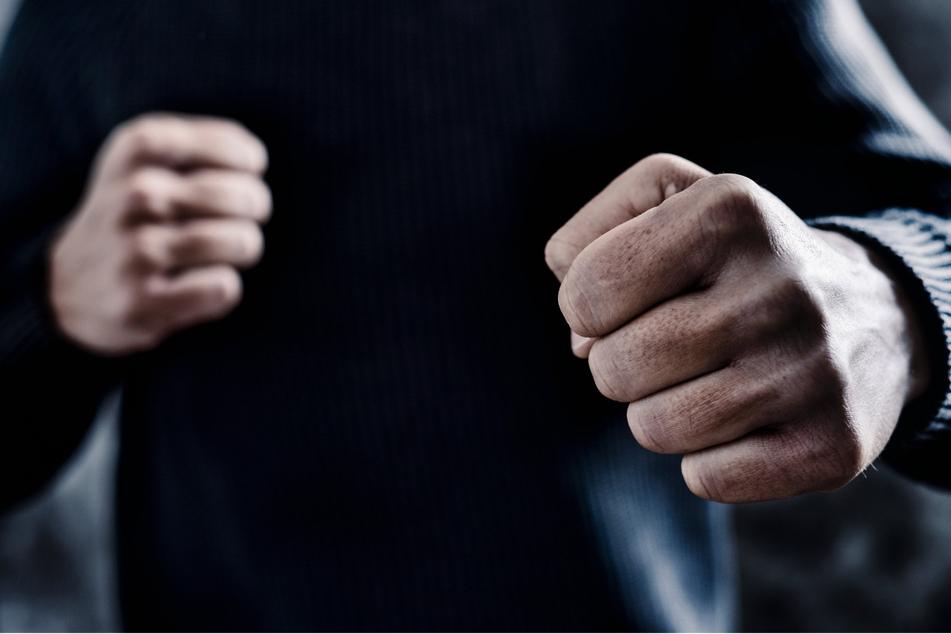 Bei einem Fußballspiel in Schwaben flogen die Fäuste. (Symbolbild)