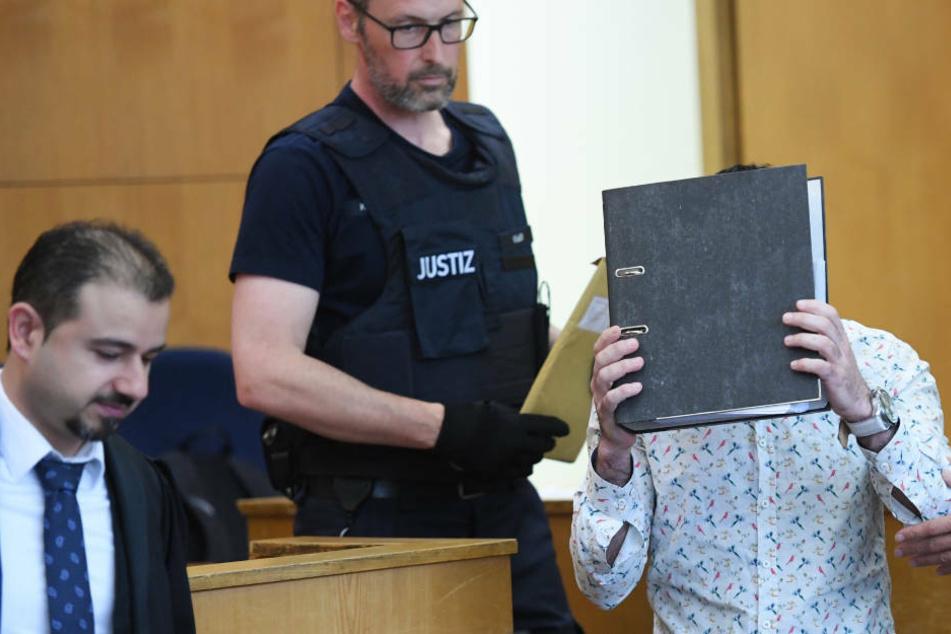 Prozess um qualvollen Tod eines Mädchens: Mutmaßliches IS-Mitglied schweigt zu schweren Vorwürfen