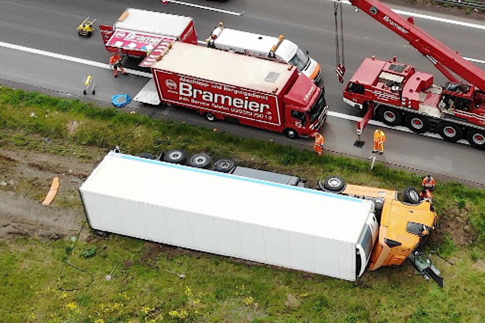 Kilometerlanger Stau nach Sattelzug-Crash auf der A2: Kran im Einsatz