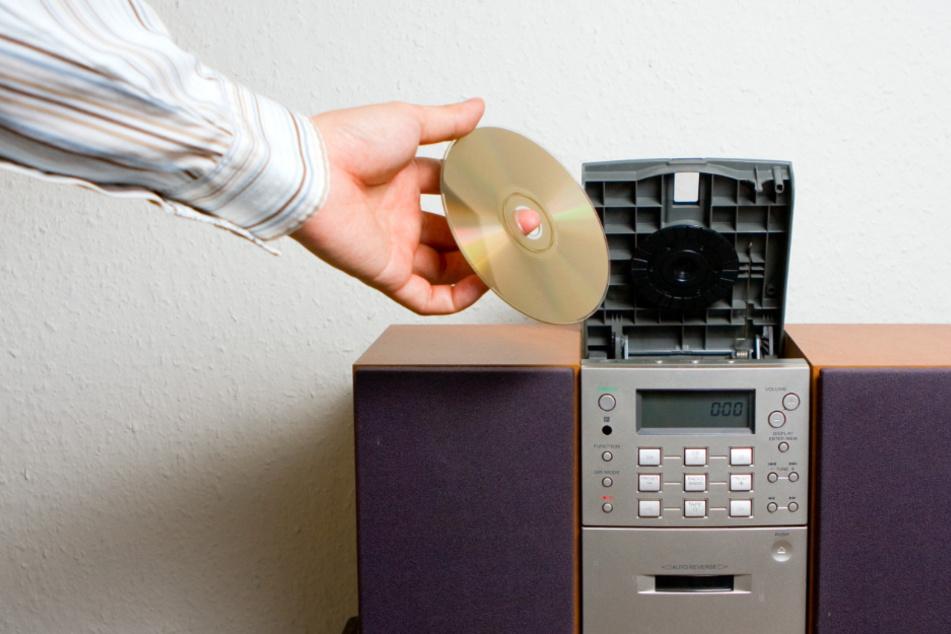 Aus Mangel an anderer Unterhaltung spielte ein Mann in Oberbayern seine eine CD in Dauerschleife ab. (Symbolbild)