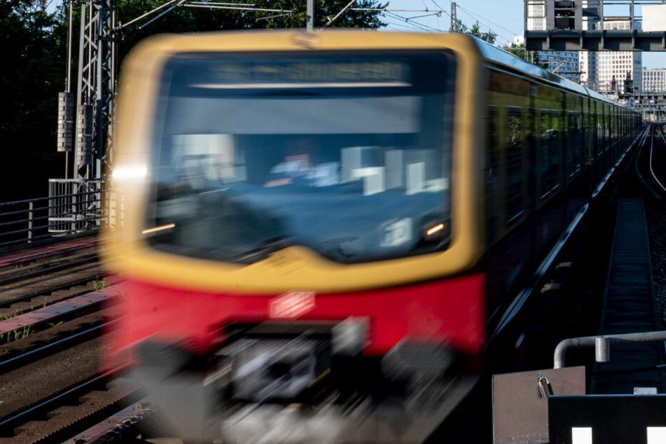 Video sorgt für Empörung: Frau bittet um Hilfe und wird aus der S-Bahn gestoßen