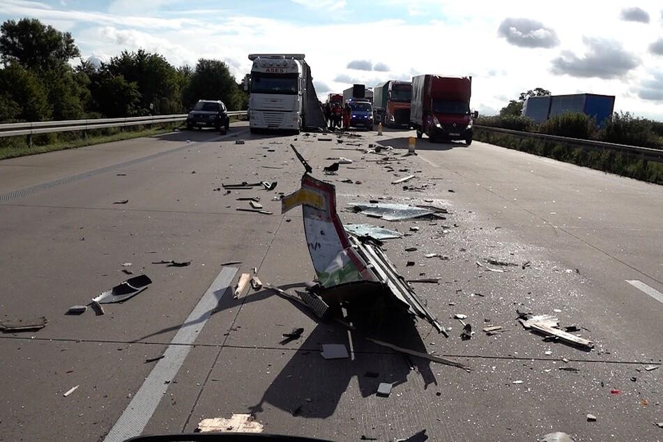 Durch umherfliegende Trümmerteile wurden zwei weitere Fahrzeuge beschädigt. Der Verkehr wird auf der linken Spur am Unfall vorbeigeleitet.