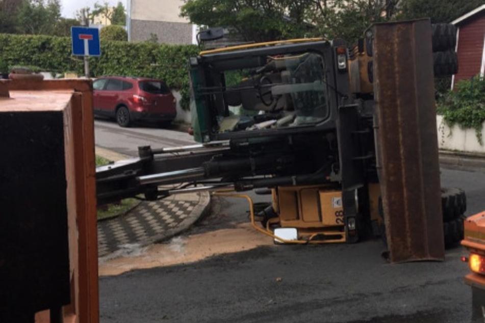 Das ging mächtig schief: 15-Tonnen-Bagger kippt auf die Seite
