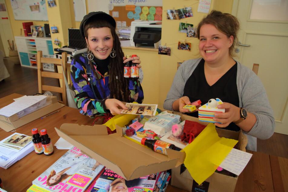 Projektleiterin Elsa Thurm (36, r.) und Studentin Sarah Preusker (24) packen die Päckchen für Ex-Heimkinder.
