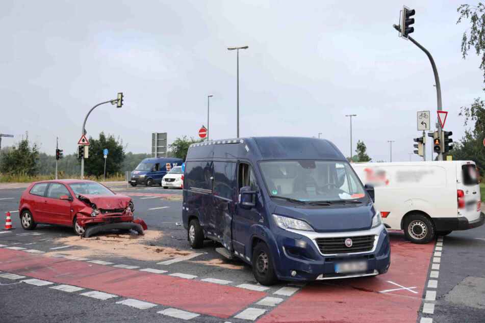 Ein roter VW sowie ein blauer und ein weißer Transporter waren in den Unfall involviert.
