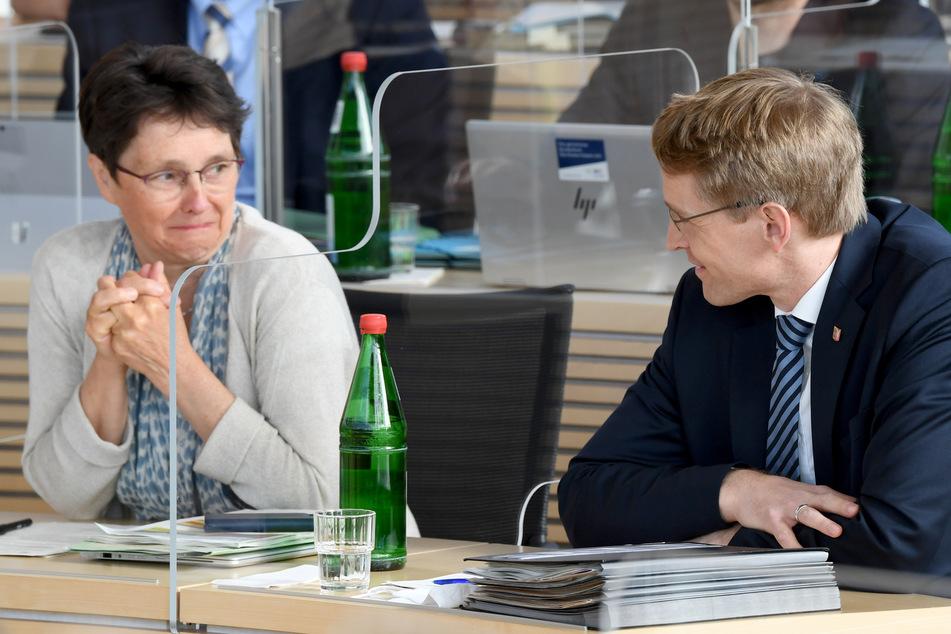 Daniel Günther (CDU), Ministerpräsident von Schleswig-Holstein, sitzt auf der durch Plexiglasscheiben unterteilten Regierungsbank neben Monika Heinold (Bündnis 90/Die Grünen), Finanzministerin von Schleswig-Holstein.