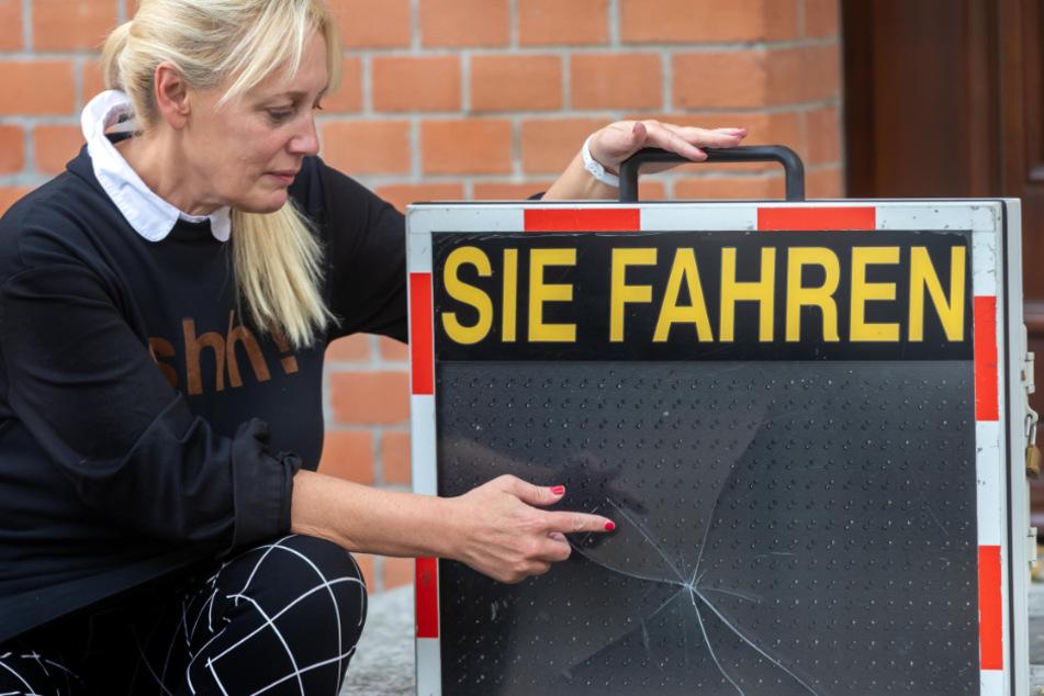 Stadtsprecherin Jana Hecker (55) zeigt den zerstörten Tempowarner. Die Stadt Aue-Bad Schlema erstattete Anzeige