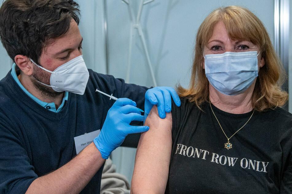 Gesundheitsministerin Köpping macht's vor: Sie hat sich mit AstraZeneca impfen lassen!