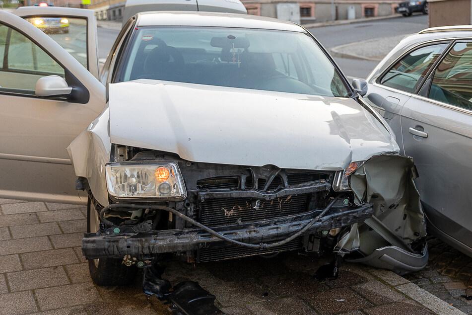 Der VW krachte in ein geparktes Auto und musste später abgeschleppt werden.