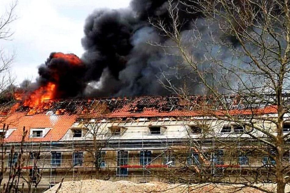 150 Feuerwehrleute im Einsatz: Anwohner sollen Fenster und Türen geschlossen halten