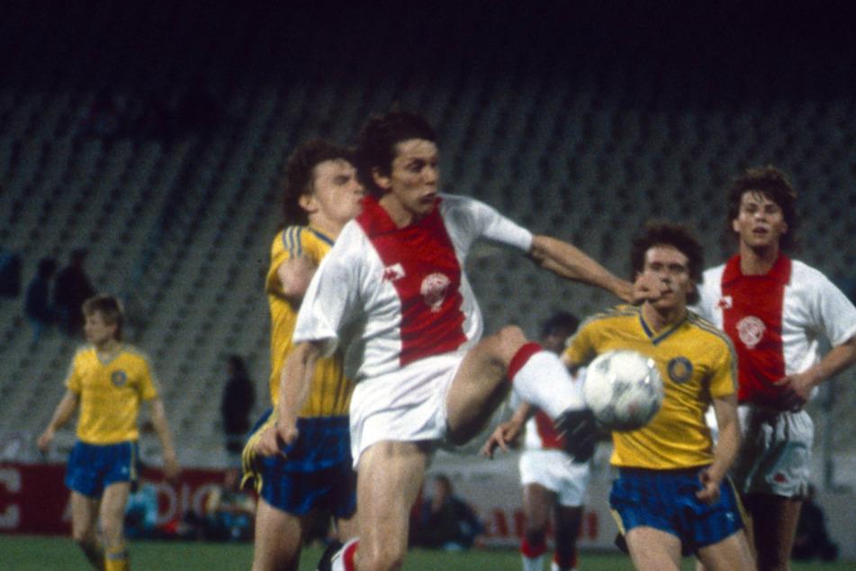 Heiko Scholz (vorn,l.) verfolgt im Europacup-Finale Ajax-Star Arnold Mühren.