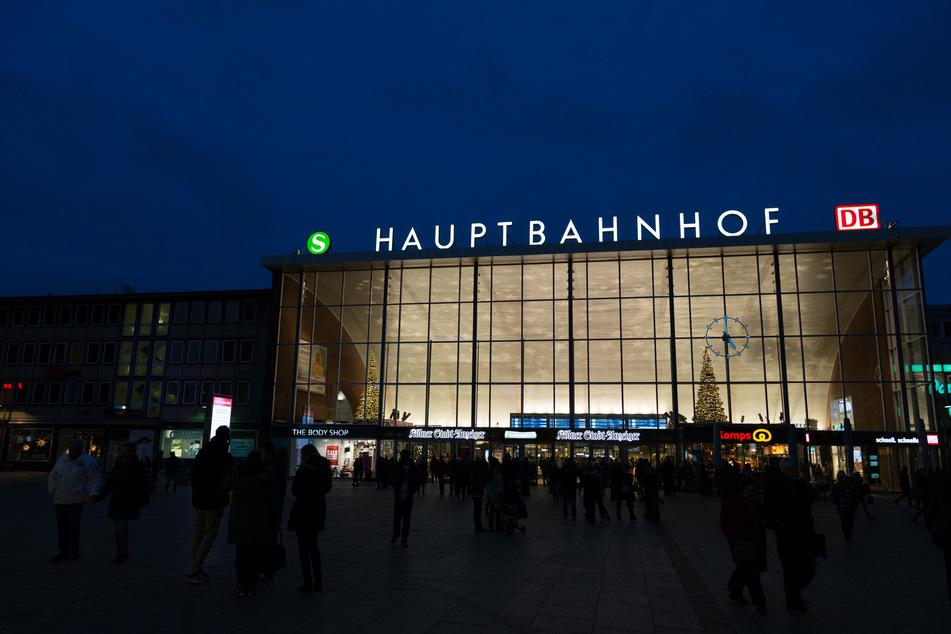 Mitten in der Nacht entdeckten Polizisten eine Mädchengruppe am Kölner Hauptbahnhof. (Symbolbild)