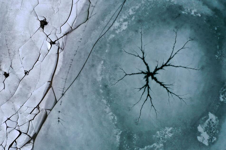 Gefährlicher Ausflug auf gefrorenen Teich: Kinder brechen im Eis ein!