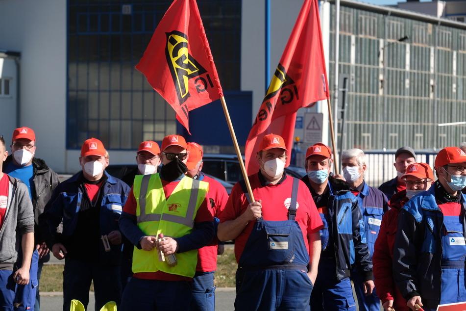 Teilnehmer eines Warnstreikes der IG Metall versammeln sich vor dem Auerhammer Metallwerk.