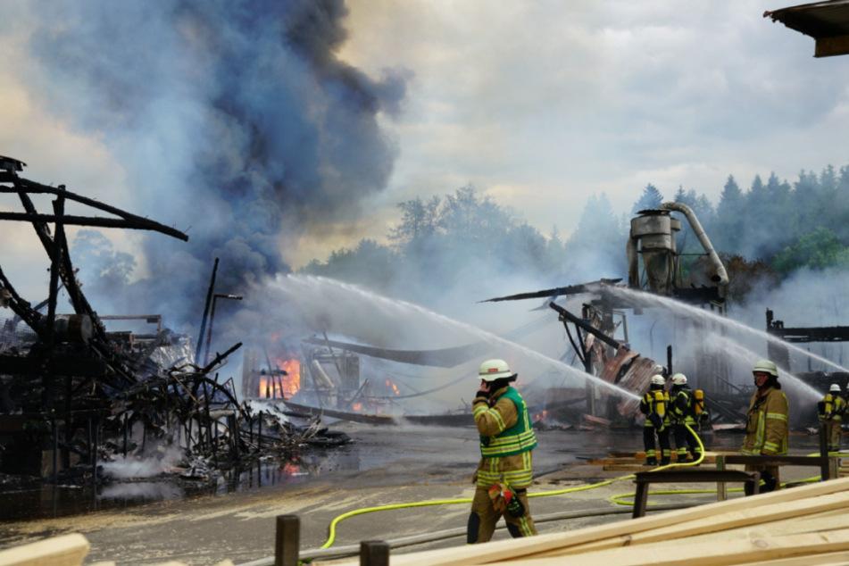 Die Feuerwehr ist mit einem Großaufgebot im Einsatz.