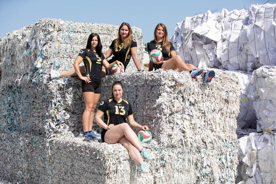 Auch zwischen den riesigen Altpapierbergen des Papierwerkes posieren die jungen Volleyballerinnen aus Freital.