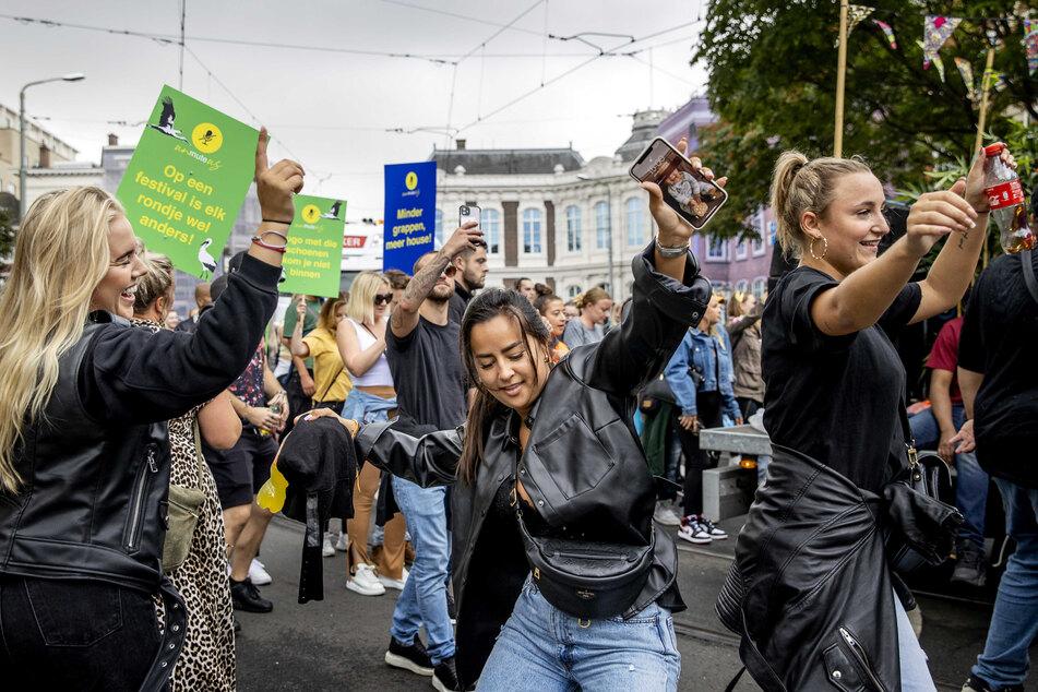 Den Haag: Teilnehmer des Protestmarsches ziehen tanzend durch die Stadt.