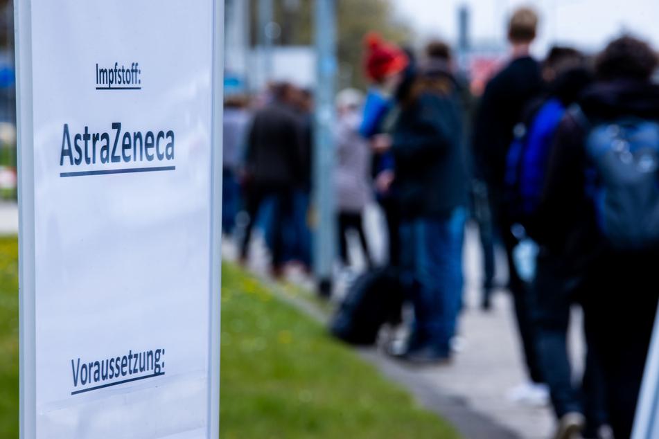 Mehrere hundert Menschen stehen vor dem Impfzentrum in Schwerin und wollen sich bei einer Sonderimpfaktion ohne Priorität mit dem AstraZeneca-Impfstoff gegen Corona impfen lassen.