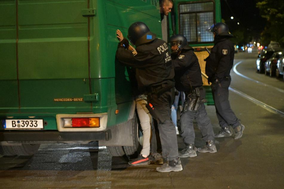 Polizisten nehmen in Berlin-Mitte einen Mann fest.