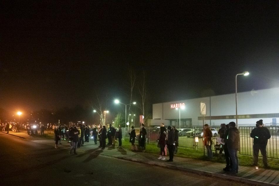 Mit Lampions, Kerzen und Lichtern bildeten etwa 200 Menschen eine Lichterkette am Haribo-Werk an der Haaraer Straße.