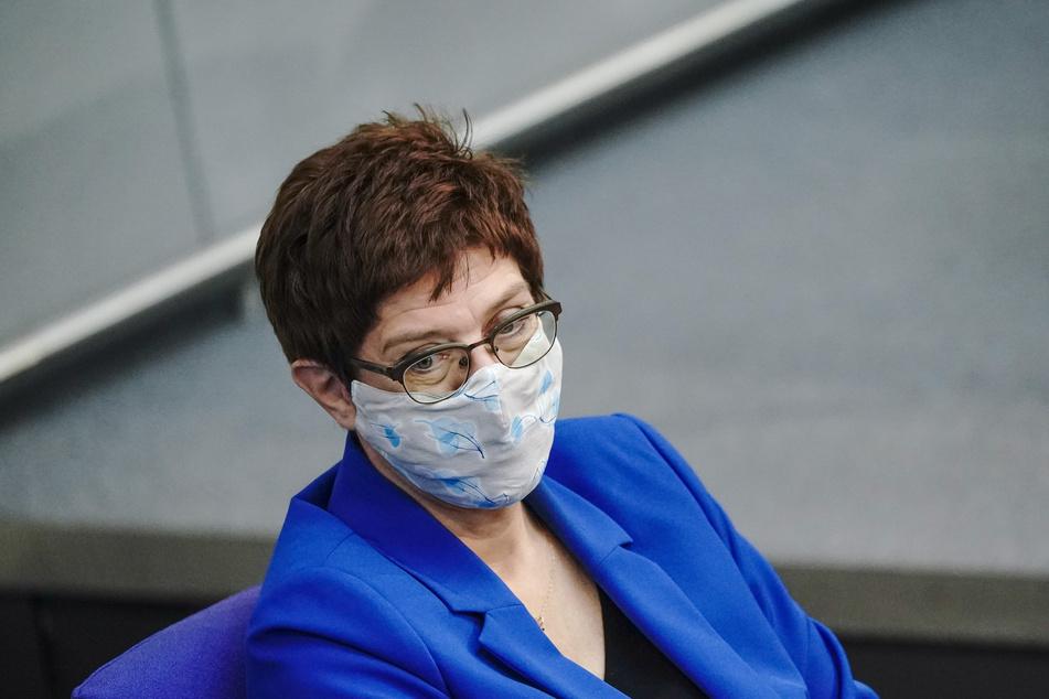 Annegret Kramp-Karrenbauer (58,CDU), Verteidiungsministerin verfolgt mit Maske die Debatte nach der Regierungserklärung von Kanzlerin Merkel zur Bewältigung der Corona-Pandemie.