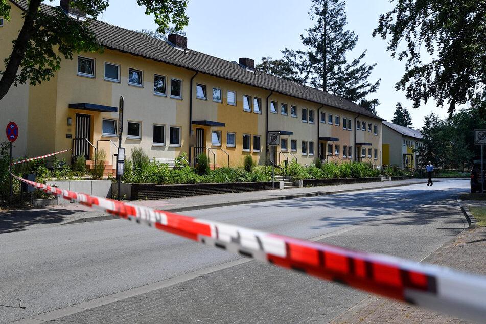 Der Täter befinde sich noch auf der Flucht, sagte ein Polizeisprecher der Deutschen Presse-Agentur am Donnerstag.