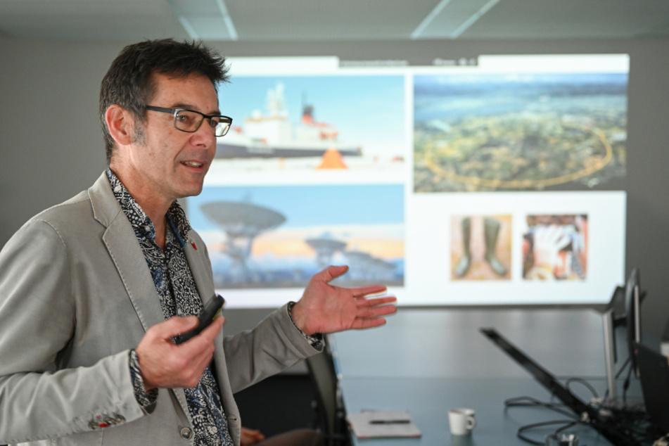 """Martin Wikelski, Projektleiter von """"Icarus"""", spricht vor dem Start des Projektes vor Journalisten."""