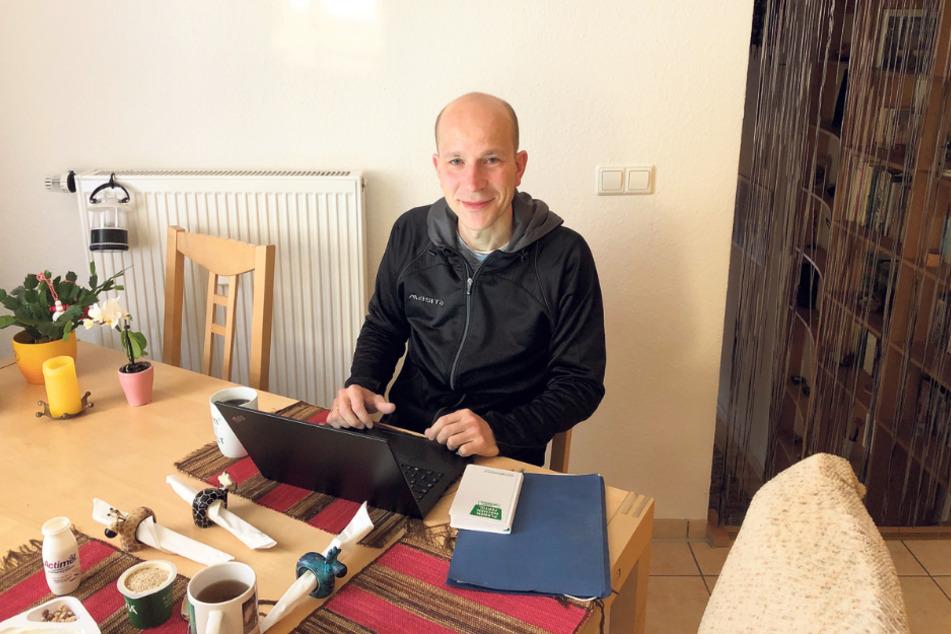 Ungewohnter Arbeitsplatz: Andreas Peschke ganz leger im Home Office.